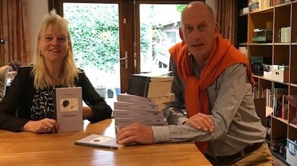 Thea Derks en uitgever Dolf Weverink